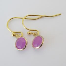 Goudkleurige  oorbellen met paarse bedel.