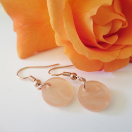 Rosekleurige peach resin oorbellen