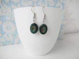 Zilverkleurige oorbellen met donker groene kraal.