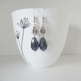 Zilverkleurige blauwe druppel oorbellen met blad