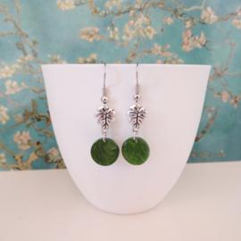 Zilverkleurige resin olive green oorbellen