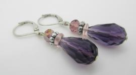 Zilverkleurige klapoorbellen met paarse kraal.