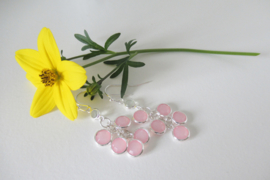 Zilverkleurige rose bedel oorbellen