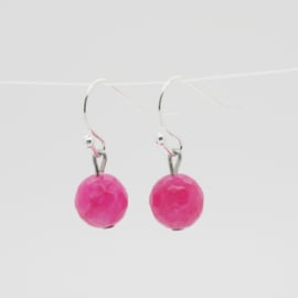Zilverkleurige oorbellen met fuchsia roze kraal.