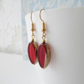Goudkleurige oorbellen met rode kraal