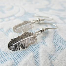 Zilverkleurige veer oorbellen