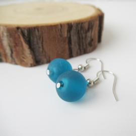 Zilverkleurige oorbellen met blauwe/petrol kraal