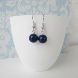 Zilverkleurige oorbellen met blauw kraal.