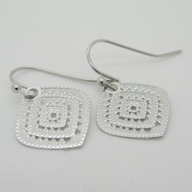 Zilverkleurige oorbellen ruitvorm