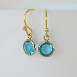 Goudkleurige  oorbellen met aqua blauw bedel.