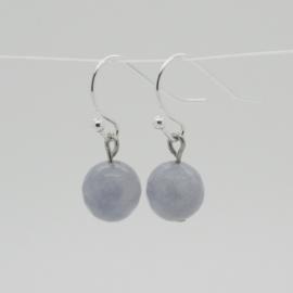 Zilverkleurige oorbellen met grijsblauwe kraal.