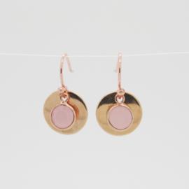 Rosekleurige oorbellen met roze bedel.