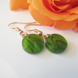 Rosekleurige olive green resin oorbellen