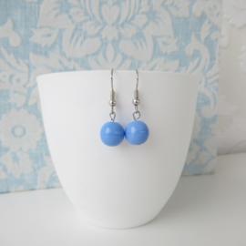 Zilverkleurige oorbellen met lichtblauw kraal.