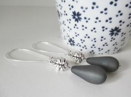 Zilverkleurige teal blue druppel oorbellen