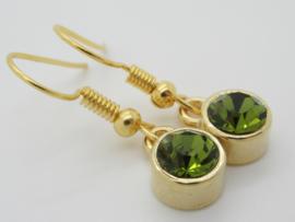 Goudkleurige oorbellen met groen steentje