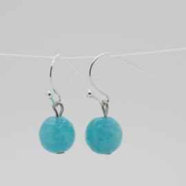 Zilverkleurige oorbellen met blauwe kraal.