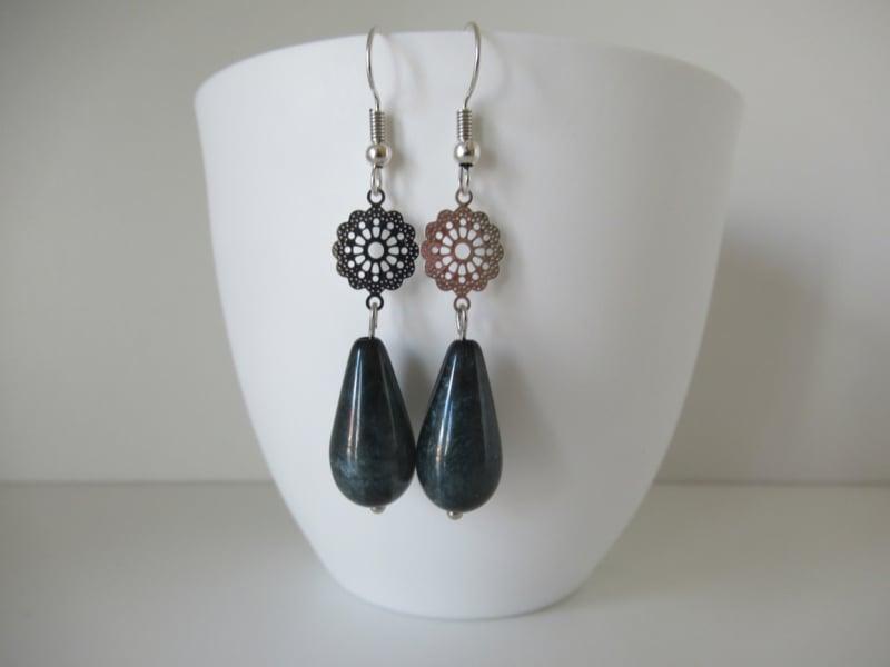 Zilverkleurige shiny deep blue oorbellen