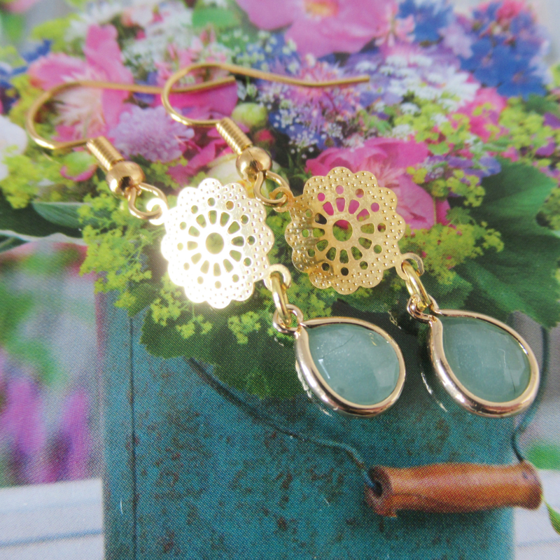 Goudkleurige mandala licht groene oorbellen