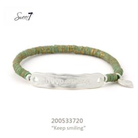 groen armbandje keep smiling