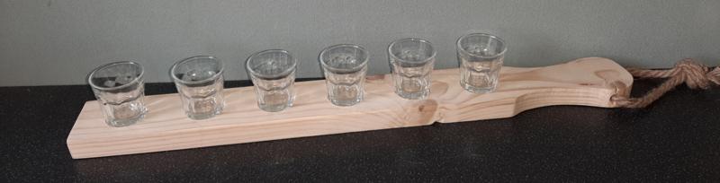 Snapplankje met glazen