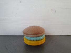 Houten rammelaar Macaron