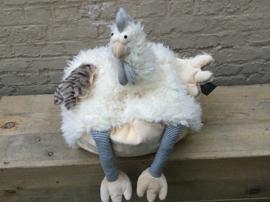 Keileuk knuffelkussen, een kip met pyamabroekje aan. Zeer zacht!