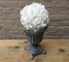 Gietijzeren staander met rozenbal(stof), H 36cm