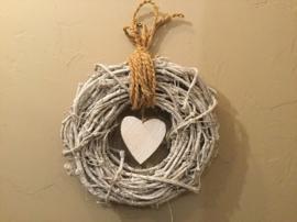Rieten krans met houten hart.