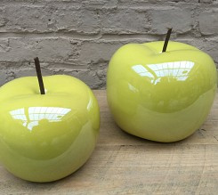 Twee appels in keramiek.
