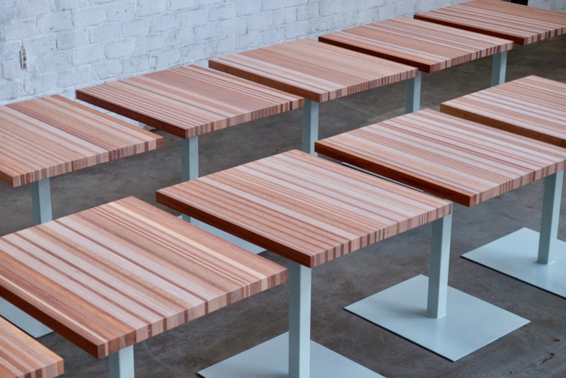 Serie tweepersoons restaurant tafels