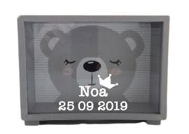 Spaarpot van hout met beer
