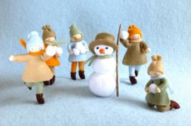 Vijf kindertjes en een sneeuwpop