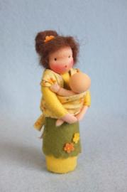 Moeder met baby in draagdoek
