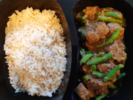 Rendang  oosters rundvlees  gestoomde rijst sperzieboontjes