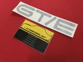 """Sticker """"GT/E"""" voor de achterklep Opel Kadett C GT/E."""