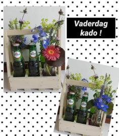 Kistje met bloemen en bier