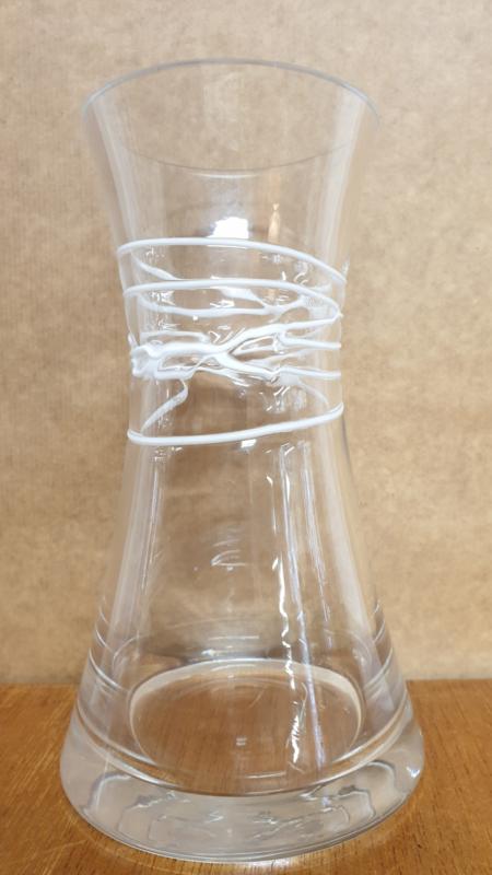 Glasvaas met witte lijnen