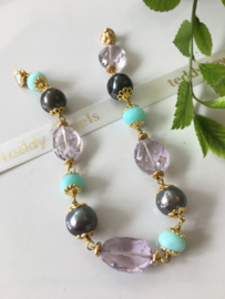 parelarmband grijze Tahiti parels roze amethist blauwe opaal