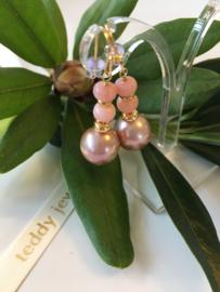 rozegouden pareloorbellen met roze opaal