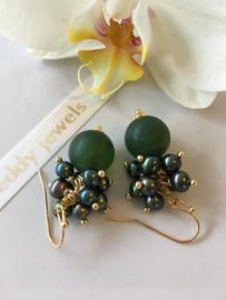 """""""frosted"""" green stone met groene pareltjes pareloorbellen"""