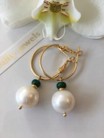 witte pareloorbellen met smaragd
