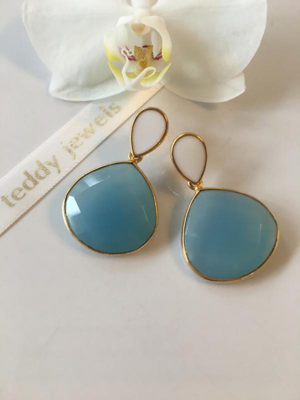 blauwe chalcedoon oorbellen met witte emaille