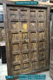 Oude teakhout deur met gele verflagen