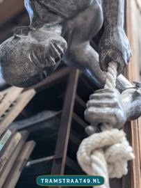 Levensgroot mensenbeeld klimmer / acrobaat