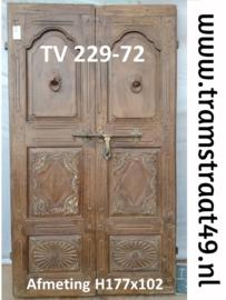 Oude deuren met houtsnijwerk