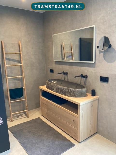 Riviersteen trog wasbak op moderne stoere badkamer geïnstalleerd