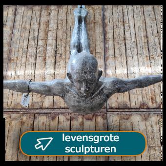 Levensgrote metalen beelden van mens en dier bij Tramstraat49