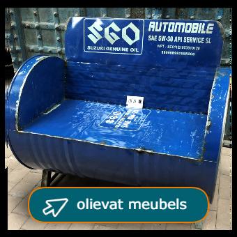 Olievat meubels zoals bankjes, stoelen, kastjes en tafeltjes bij Tramstraat 49