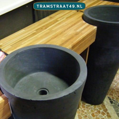 Staande wasbakken met betonlook verwerkt in inhammen van het wastafelblad